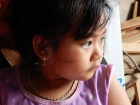 Bé gái 6 tuổi mắc bệnh ung thư máu hụt hẫng khi người cha đột ngột qua đời