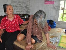 Nỗi cơ cực không thể tưởng tượng của hai cụ bà tuổi 80 bơ vơ, lay lắt giữa nghĩa địa!