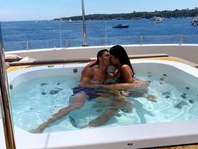 C.Ronaldo khoá môi bạn gái say đắm trong kỳ nghỉ hè