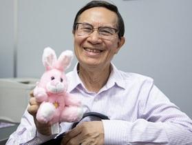"""Giáo sư Mỹ gốc Việt gây """"sốt"""" với phương pháp giáo dục với thú bông"""