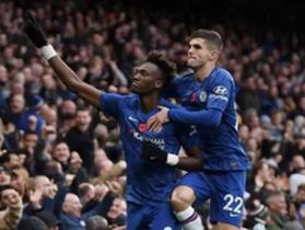 """Tiền đạo trẻ của Chelsea được bạn gái xinh đẹp """"tâng lên mây xanh"""""""