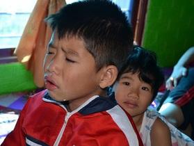 Hai bé thơ ôm người cha liệt giường khóc cầu xin mẹ về với con!