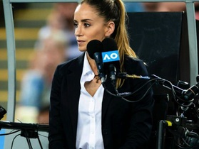 """Nữ trọng tài xinh đẹp """"cướp sóng"""" của Roger Federer"""