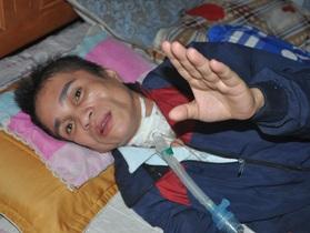 Người phụ nữ bị vỡ mạch máu não, dân làng cầu xin cho chị đi viện