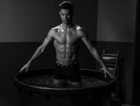 """C.Ronaldo gây """"bão"""" với loạt ảnh khoe thân dầm nước đá đầy ấn tượng"""