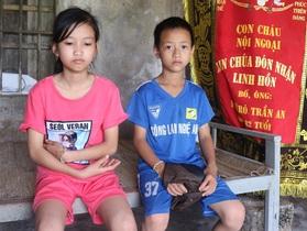Rớt nước mắt cảnh hai đứa trẻ bơ vơ sau khi người mẹ kéo tôm thuê qua đời