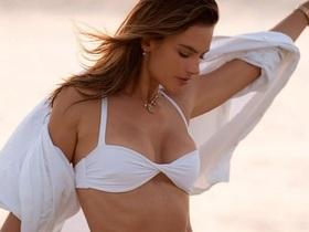 Cận kề tuổi 40, siêu mẫu Alessandra Ambrosio vẫn đẹp gợi cảm