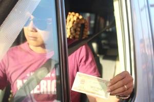 Một số tài xế đã đưa cho nhân viên trạm thu phí BOT tuyến tránh Biên Hòa tiền lẻ với mệnh giá 200, 500 đồng. Khi mua vé 40.000 đồng, các tài xế cố tình đưa 40.100 đồng và yêu cầu nhân viên trạm thối lại 100 đồng. Nhờ đã có kinh nghiệm qua thực tế ở trạm Cai Lậy nên trạm Biên Hòa đã chuẩn bị trước các tờ 100 đồng trả lại tài xế (Ảnh: Vĩnh Thủy)