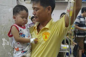 Bị viêm khớp không có tiền điều trị, anh Phong phải nén đau để vào viện chăm con nhỏ, mỗi lúc truyền thuốc bé quấy khóc anh phải vừa ôm con vừa cầm túi thuốc đi khắp viện cho con đỡ quấy