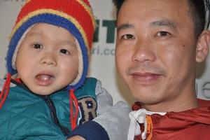 Trong suốt chặng đường đi chữa bệnh của Lanh, anh Việt Anh và các bạn tình nguyện viên luôn sát cánh.