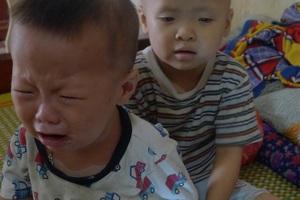 Em trai của bé Linh là bé Hải bị dị tật tay, chân 6 ngón, viêm gan B và có hạch.