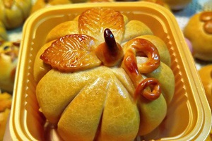 Bánh nướng nhân thập cẩm, hạt sen, đậu xanh... hương vị truyền thống, bề ngoài như một trái bí ngô thu nhỏ