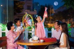 Cả nhà quây quần bên mâm cỗ thưởng trăng – một hình ảnh ấm áp mùa đoàn viên