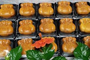 Bánh trung thu hình túi vàng tượng trưng cho sự đầy đủ, sung túc, thích hợp làm quà biếu (ảnh Thao Le)