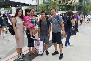 Hình ảnh cả gia đình vui vẻ đi du lịch một thời gian ngắn trước khi bi kịch ập tới.