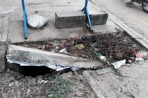 Nhiều đoạn nắp che hai bên đường bị vỡ chưa khắc phục kịp thời, tiềm ẩn nguy cơ mất an toàn giao thông.