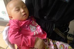 Bé Tuyết ngủ ngon trên tay mẹ khi có mặt tại cơ quan báo điện tử Dân trí.