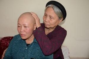 Hiện chỉ có mẹ chồng đã 80 tuổi thường xuyên chăm sóc chị Thắm.