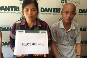 Hai vợ chồng chị Hường, anh Thà nhận món quà bạn đọc báo điện tử Dân trí.