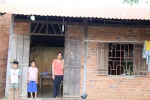 Ba mẹ con chị Hà trước căn nhà tuềnh toàng đã cầm cố cho người ta
