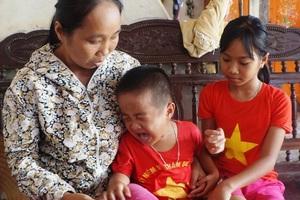 Hai chị em lại òa khóc khi mỗi khi nhắc đến việc mẹ sắp phải đi xa.