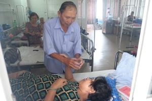 Căn bệnh ung thư gan khiến ông Thanh mất sức lao động, không thể chaỵ xe thồ mưu sinh. Hai vợ chồng ông chật vợ xoay sở cuộc sống hàng ngày khi ai cũng mang bệnh nặng trong người.