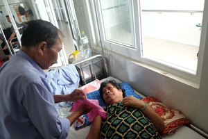Ông Thanh đang chăm vợ nằm viện điều trị tại Bệnh viện Phục hồi chức năng TP Đà Nẵng