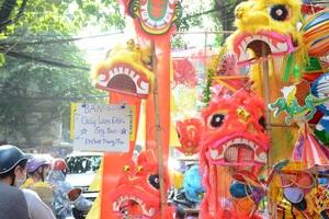 Theo các chủ cửa hàng, mấy năm nay xu hướng chọn đồ chơi Việt được ưa chuộng. Vì là đồ chơi cho trẻ con nên các bậc phụ huynh lựa chọn rất thận trọng. So với các mặt hàng nhập từ Trung Quốc, đồ thủ công của Việt Nam có giá đắt hơn từ 2-3 lần.
