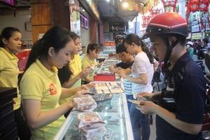 Người dân Bình Định lựa chọn bánh trung thu truyền thống giá bình dân.