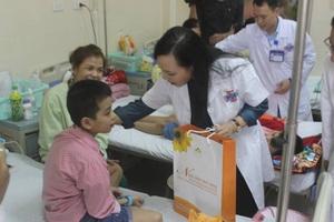 Bộ trưởng Bộ Y tế Nguyễn Thị Kim Tiến thăm và tặng quà các bệnh nhi Khoa Nhi - Bệnh viện K nhân dịp Tết Trung Thu.
