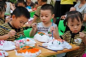 Chiều 22/9, hàng trăm em nhỏ từ 2 đến 5 tuổi ở khu đô thị Dương Nội (Hà Nội) được tham gia ngày hội Trung thu đặc biệt.