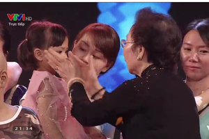 Bà Nguyễn Thị Doan - nguyên Phó Chủ tịch nước CHXHCN Việt Nam - Chủ tịch Hội Khuyến học Việt Nam động viên bệnh nhi ung thư.
