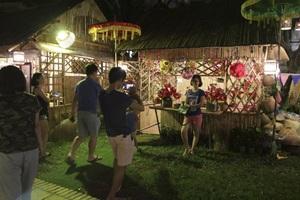 Các khu trưng bày trang trí được thắp đèn lung linh bao quanh Hồ Văn, mỗi nơi là một trải nghiệm thú vị.
