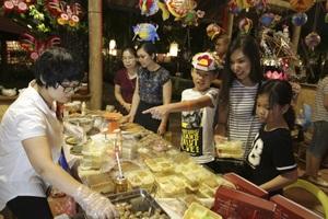Tại khu vực làm bánh Trung thu, mọi người có thể tự làm cho mình nhiều loại bánh với nguyên liệu đầy đủ.