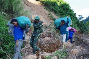 Đoàn viên thanh niên và bộ đội biên phòng Nghệ An cõng quà Trung thu vào cho các em nhỏ vùng lũ