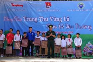 Trao quà của Hội khuyến học tỉnh Nghệ An cho các em học sinh nghèo vượt khó, học giỏi