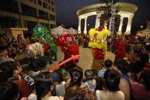 Màn múa lần hoành tráng thu hút rất đông các em nhỏ và phụ huynh theo dõi.