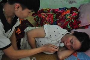 Mẹ nằm liệt giường khóc nghẹn thương con bị ung thư hạch không tiền đi viện - 2