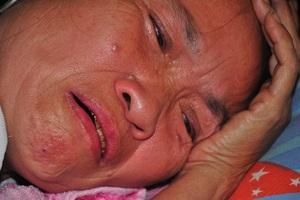 Mẹ nằm liệt giường khóc nghẹn thương con bị ung thư hạch không tiền đi viện - 1