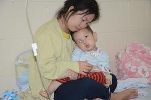 Tiếng khóc xé lòng của bé trai 16 tháng tuổi mắc ung thư võng mạc - 2