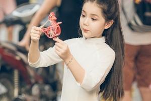 Bé gái 8 tuổi xinh như thiên thần dạo phố mùa Trung thu - 2