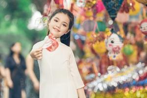Bé gái 8 tuổi xinh như thiên thần dạo phố mùa Trung thu - 3