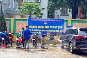 Nam thanh, nữ tú rửa xe gây quỹ mua quà Trung thu cho trẻ em nghèo - 3