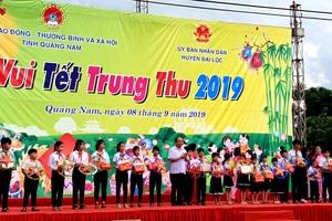 Thủ tướng trao quà Trung Thu đến các em học sinh tại Quảng Nam