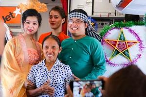 Bắt gặp bà Tân Vlog mang bánh trung thu khổng lồ lên máy bay - 3