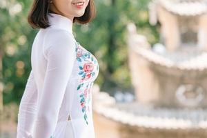 Nữ sinh bị ung thư khoe sắc với áo dài cùng Top 12 Duyên dáng Ngoại thương - 1