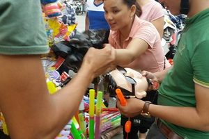 Trời vừa tạnh mưa, người dân đổ xô đi mua đèn Trung thu cho con