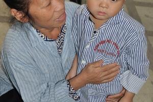 Cô Xía cùng anh Việt Anh là người đưa Lanh lên bệnh viện Mắt TW thăm khám.