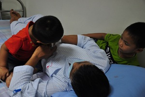 Hai đứa con lên viện, chúng lao vào ôm và nằm với bố như không có căn bệnh quái ác kia.