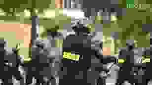 Cảnh sát chống bạo động dùng khiên biểu diễn đấu đối kháng
